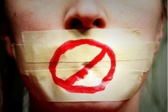 Hơi thở nặng mùi khiến bạn ngại ngùng khi giao tiếp