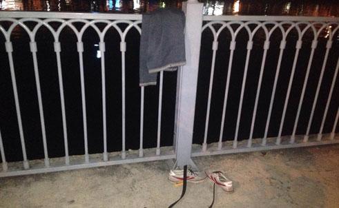 Quần, giày của đối tượng để lại trên bờ kè (Ảnh: CA TPHCM)