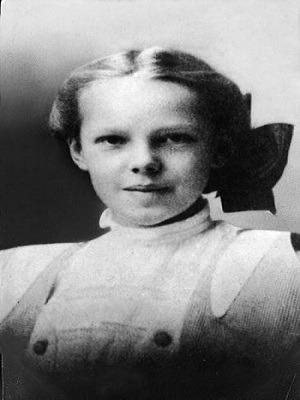 Năm lên 9 tuổi, Amelia Earhart đã gây sốc cho cha mẹ khi thực hiện cú bay từ trên mái nhà xuống đất bằng thân xe trượt tự chế