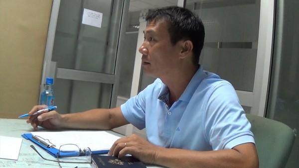 Ông Trâm bức xúc trình bày với nhân viên Cảng vụ hàng không Quốc tế Tân Sơn Nhất - (Ảnh cắt từ clip).