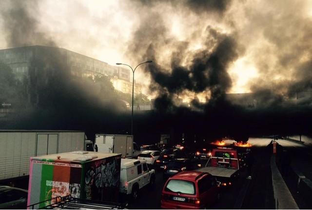 Thủ đô Paris tràn ngập khói và lửa