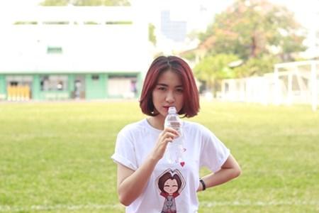 Mới đây, Hòa Minzy có mặt ở sân bóng để dành thời gian thư giãn, chơi thể thao xả stress. Bộ môn thể thao cô nàng yêu thích là bóng đá.