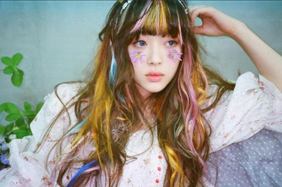 Các cô nàng luôn thích thay đổi vẻ ngoài với màu sắc của mái tóc.