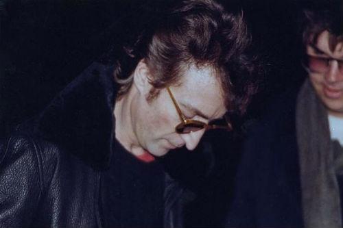 Đây là hình ảnh cuối cùng về nhạc sĩ, ca sĩ người Anh John Lennon. Trong bức ảnh này, ông đang ký tặng người hâm mộ là Mark David Chapman. Thế nhưng, John Lennon sẽ không bao giờ ngờ được rằng Mark David Chapman chính là kẻ sau này sẽ bắn chết mình. Khoảng 10 giờ 50 tối ngày 8/12/1980, Lennon trở về căn hộ của mình ở New York. Mark David Chapman đứng ngay tại cửa vào và bắn Lennon 4 phát từ đằng sau. Lennon được chuyển ngay đến phòng cấp cứu của bệnh viện Roosevelt nhưng đã tử vong trước khi tới nơi vào lúc 11h07.