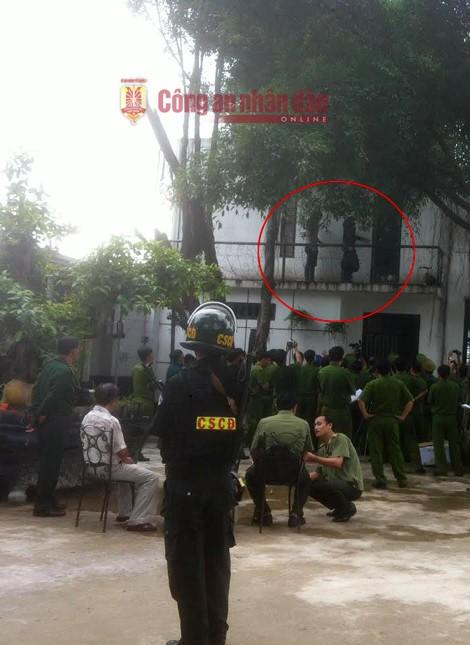 Nguyễn Hải Dương và Vũ Văn Tiến đột nhập lên lầu 1 bằng đường ban công. Ảnh thực nghiệm hiện trường báo Công an nhân dân.