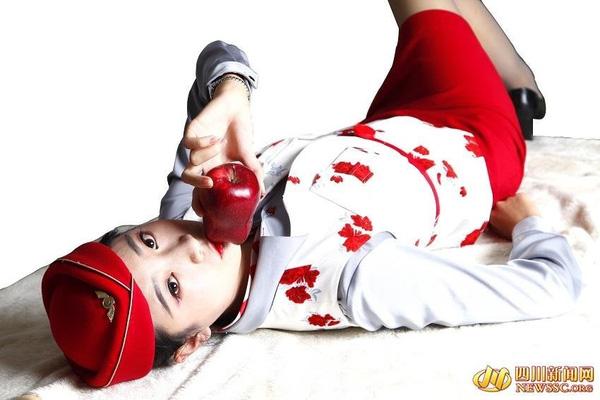 Các nữ tiếp viên hàng không đã cùng nhau mở một trang web và cung cấp sản phẩm là những trái táo đỏ mọng được chính mình hôn lên.
