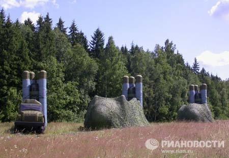 Hiện nay, Quân đội Nga đang được trang bị các mẫu vũ khí trang bị bơm hơi để nghi trang, tạo giả.  Các mô hình hệ thống tên lửa, xe tăng và hệ thống tên lửa phòng không do các nhà sản xuất bóng bay và lưới bật ở thành phố Khotkovo chế tạo có thể đánh lạc hướng đối phương và dẫn dụ vũ khí tấn công của khỏi các đơn vị chiến đấu thật. Trong ảnh: Mô hình hệ thống S-300.