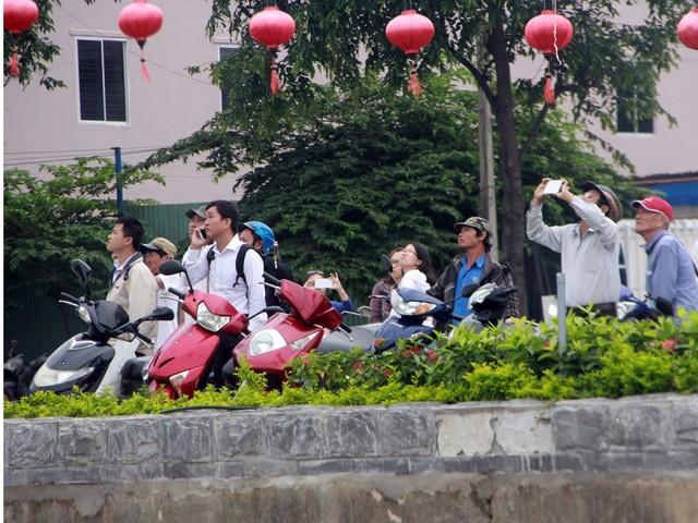 Nhiều người dân háo hức đứng xem bên bờ sông Hàn và chụp ảnh làm kỷ niệm...