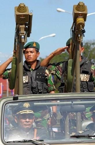 Nói về các khoản vay Trung Quốc dành cho Campuchia, đích thân Thủ tướng Hun Sen cho biết trong năm 2015, Trung Quốc đã tăng mạnh hỗ trợ cho Campuchia, từ 100 triệu USD hồi năm 2014 lên 140 triệu USD. Trong ảnh: Tên lửa vác vai FN-6 do Trung Quốc sản xuất trong Quân đội Campuchia.