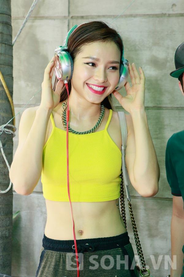 Khả Ngân khoe vẻ đẹp trong sáng, Phương Trinh Joile lộ vòng 2 thon gọn ở bàn mixer của DJ GIN.
