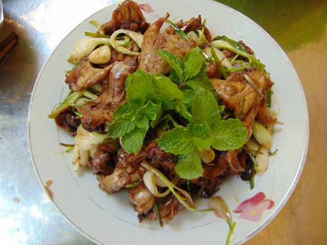 Món chuột xào củ kiệu hương vị đặc trưng của kiệu làm thịt chuột có độ mềm và ngọt lịm.