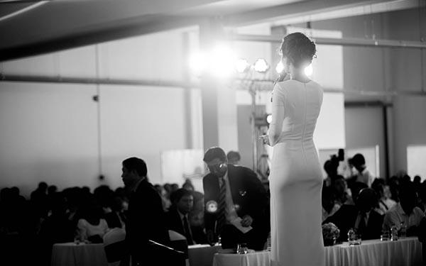 Khoảnh khắc tự tin trước đám đông của Á hậu Hoa hậu Việt Nam 2014.
