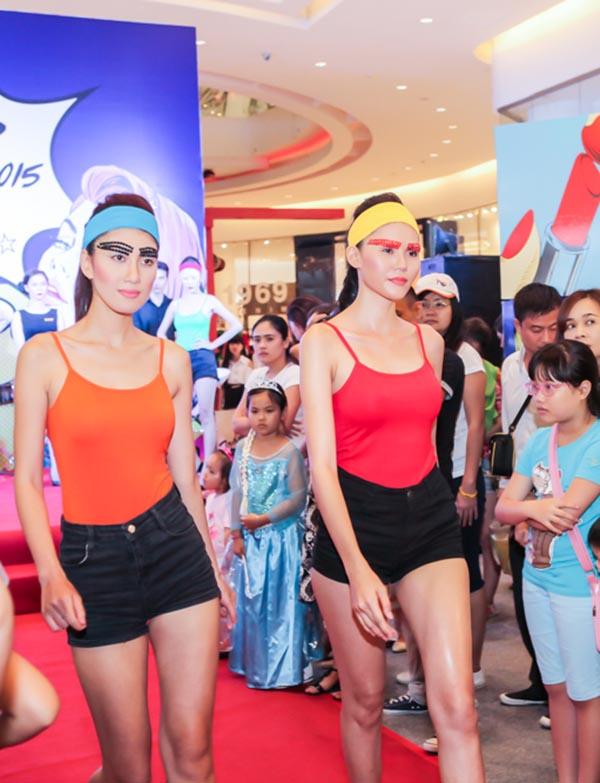 Ngoài Hương Giang, chương trình còn có phần biểu diễn của các người đẹp nổi tiếng.