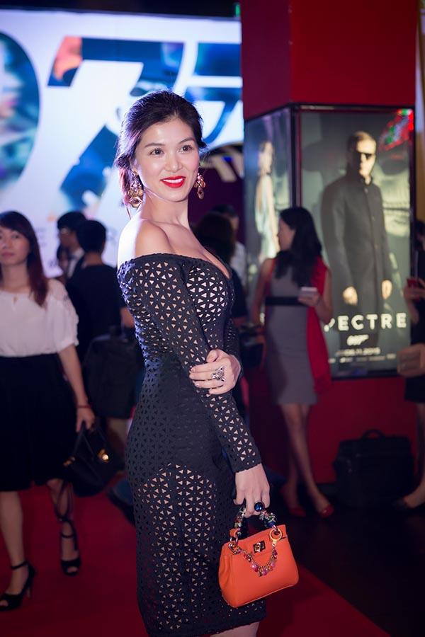 Người mẫu Oanh Yến mặc đầm lưới đi xem phim 1 mình.