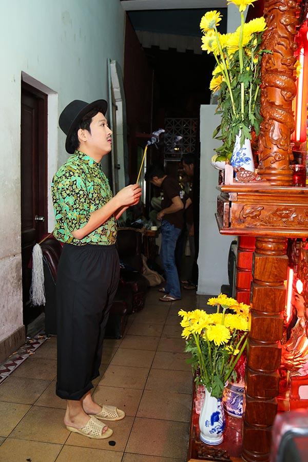 Trong hậu trường, Trường Giang làm nghi thức cúng Tổ để liveshow kỉ niệm 10 năm hoạt động nghệ thuật diễn ra suôn sẻ.