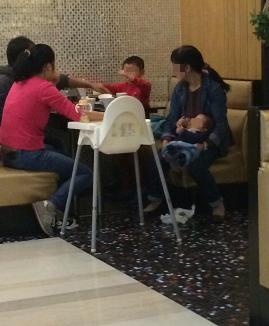 Hình ảnh người phụ nữ đang cho con đại tiện ngay bên trong một nhà hàng ở Thượng Hải đã khiến dư luận bức xúc.