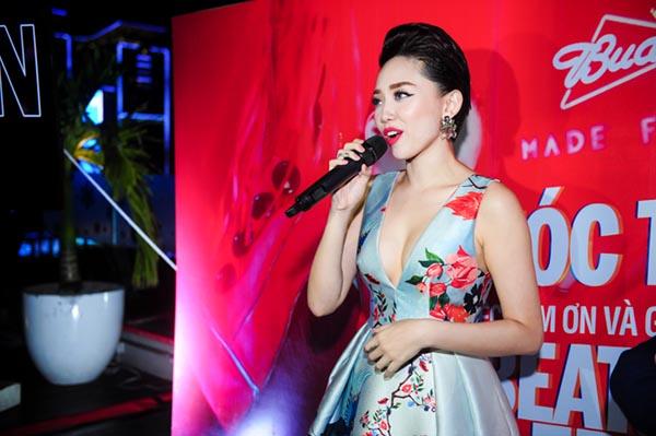 Ở phần giao lưu, Tóc Tiên tiết lộ MV The Beat of Celebration là dự án khá thú vị, được cô và ê kíp hoàn thành trong 2 tuần thực hiện, hoàn chỉnh.