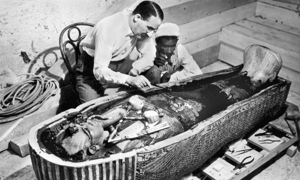 Howard Carter bên cạnh quan tài của Pharaoh Tutankhamun