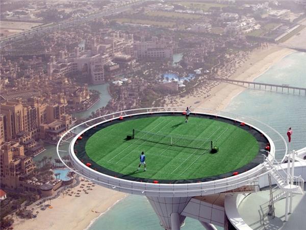 Sân quần vợt màu xanh nằm trên mái cao tít này được xây dựng trên đỉnh khách sạn the Burj al Arab – một khách sạn sang trọng ở Dubai.