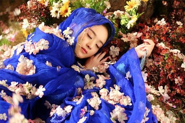 Nàng Hoa Thiên Cốt (Triệu Lệ Dĩnh) tốt bụng, thiện lương và si tình nhưng lại phải chịu quá nhiều đau khổ, sóng gió.
