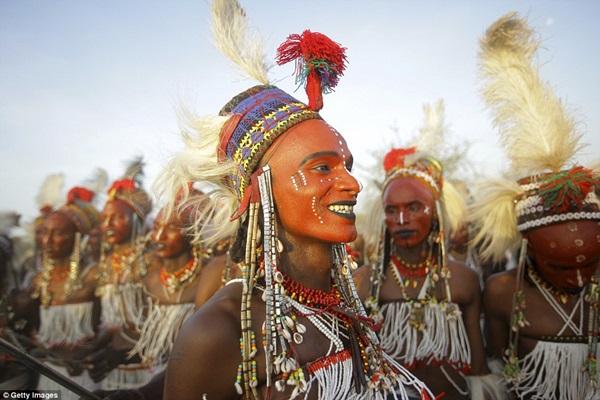 """Trong khi những người đàn ông ở bộ tộc kì lạ này thường lo sợ vợ mình """"bị cướp"""" và không cho vợ đi xem Gerewol."""