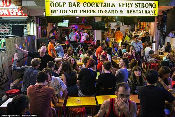 Một khung cảnh nhộn nhịp không kém phần xô bồ ở một quán bar tại Bangkok.