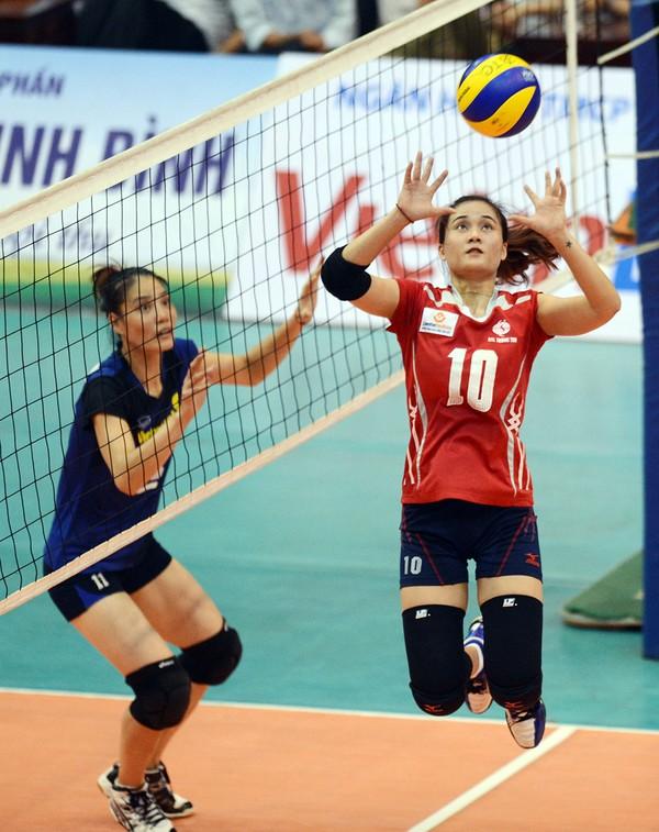 Hiện cô gái cao 1m73 này đang là cây chuyền hai số 1 tại CLB bóng chuyền LienVietPostBank và đội tuyển bóng chuyền nữ quốc gia.