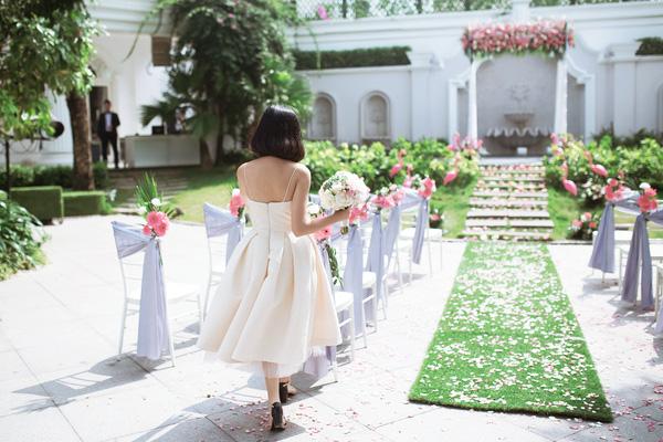 Cô dâu như một nàng công chúa giữa khung cảnh thần tiên.