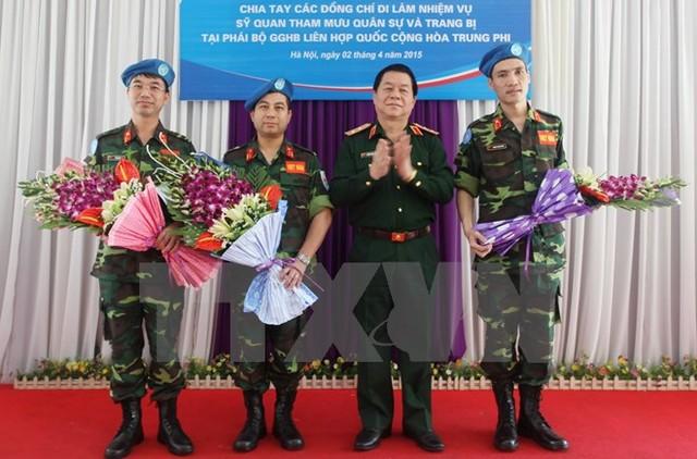 Chia tay 3 sĩ quan Việt Nam lên đường làm nhiệm vụ tại Phái bộ Gìn giữ Hòa bình Liên hợp quốc, tháng 4/2015. Ảnh: TTXVN