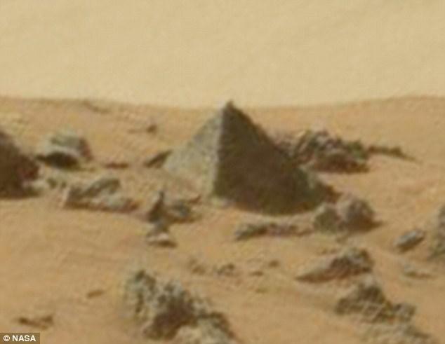 Theo như ảnh, kích thước của Kim tự tháp này lớn tương đương với một chiếc xe hơi ở Trái đất.