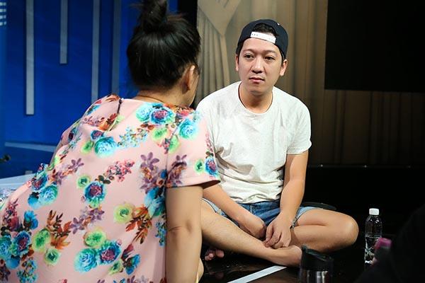 Để hạn chế những phát sinh, sự cố trong lần đầu làm liveshow, danh hài gốc Quảng Nam chăm chú nghe đồng nghiệp chia sẻ những kinh nghiệm quý báu.