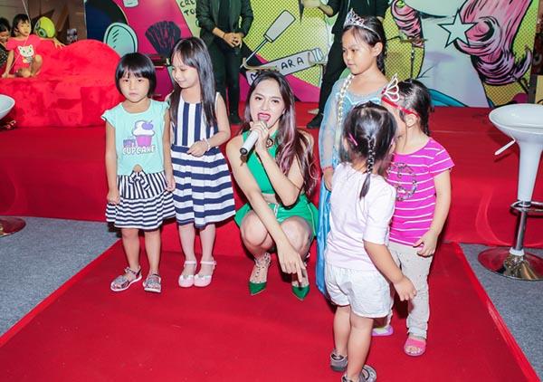Trong lúc đang hát, nhiều em nhỏ đã lao lên sân khấu để chung vui, biểu diễn cùng Hương Giang.
