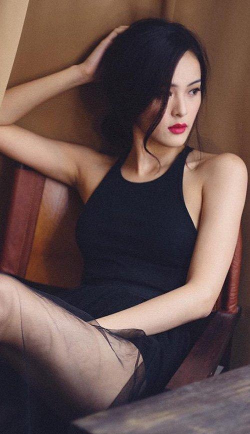 Nhờ gương mặt rất điện ảnh, Hạ Vi gặp nhiều thuận lợi khibước chân vào làng giải trí Việt với vai trò người mẫu ảnh.