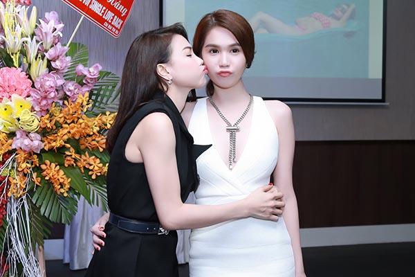 Khoảnh khắc Ngọc Trinh - Trà Ngọc Hằng tặng nhau những nụ hôn tình cảm trong ngày hội ngộ.
