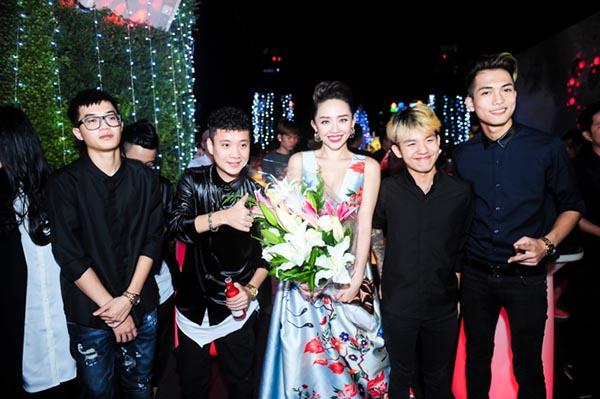 Trong ngày trình làng sản phẩm mới đánh dấu 1 năm với nhiều thành công, Tóc Tiên nhận được nhiều lời chúc từ phía đồng nghiệp ở 2 miền Nam, Bắc.