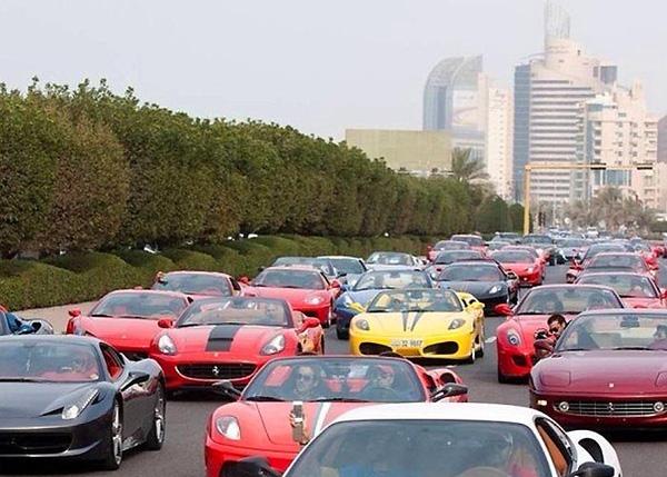 Khung cảnh tắc đường ở Dubai không khiến người ta ngộp thở mà chỉ cảm thấy choáng ngợp bởi những chiếc xe hạng sang nối đuôi nhau trên đường phố.