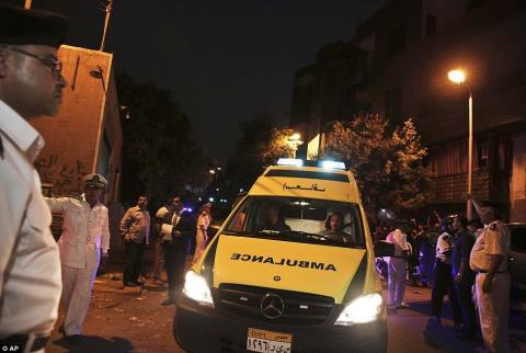 Thi thể của các nạn nhân đầu tiên đã được chuyển đến nhà xác Zeinhom ở Cairo, nơi sẽ có một cuộc khám nghiệm diễn ra. Ảnh: Daily Mail