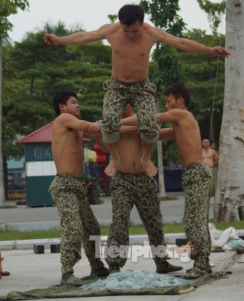 Những màn biểu diễn nội công ấn tượng của cán bộ, chiến sĩ ở binh chủng Đặc công, bất chấp giáo nhọn, thủy tinh, gạch đá.