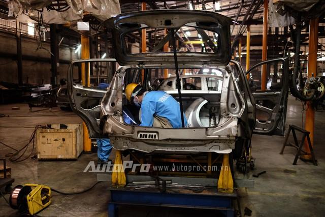 Một người thợ đang hàn hoàn thiện phần khung vỏ xe Vinaxuki VG.