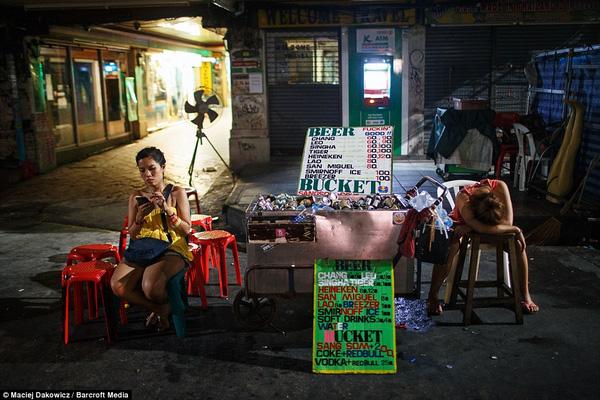 Người dân bán hàng nơi đây rất thân thiện, họ thường chỉ dán mắt vào điện thoại hoặc ngủ gục trong mệt mỏi.