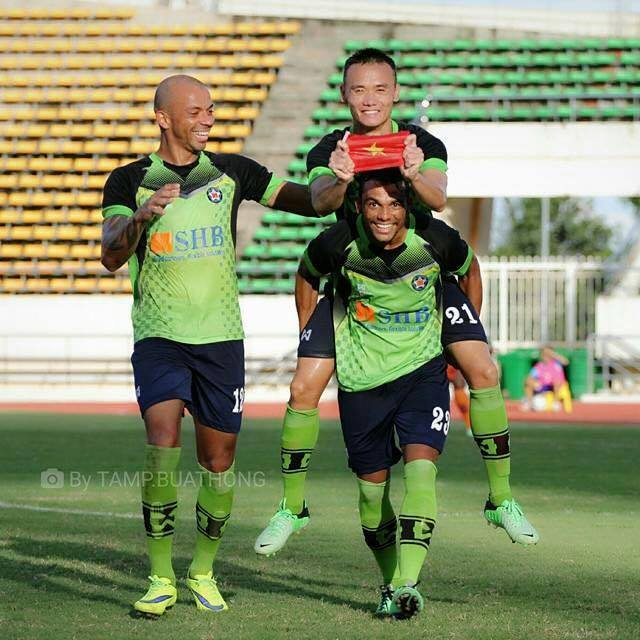 Sau mùa giải thi đấu nổi bật ở Lao-League, Xuân Nam (cầm cờ) rất khát khao được trao cơ hội ở U23 Việt Nam.