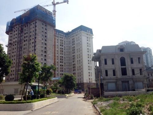 Trong khi đó, những căn biệt thự, liền kề vẫn đang trong tình trạng xây thô, nhiều đất nền chưa được xây dựng.