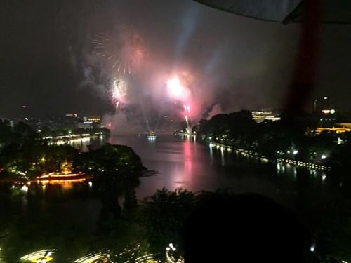 Pháo hoa đã được bắn, dù trời Hà Nội đang mưa rất lớn. Ảnh: Tiền Phong