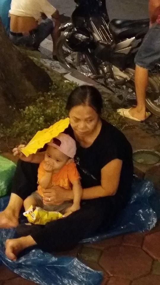 Bà Mùi (ở Định Công, Thanh Xuân, Hà Nội) chia sẻ: Dù mưa cũng cố gắng đợi từ 19h30 phút vac mong đất nước ngày càng giàu mạnh, ấm no, hạnh phúc