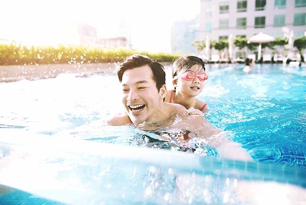 Năm nay, Trần Bảo Sơn cũng không đi du lịch xa vào dịp cuối năm mà dành toàn bộ thời gian bên con gái thân yêu.