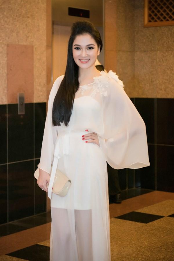 Nếu để ý sẽ thấy Nguyễn Thị Huyền rất ít khi sử dụng trang sức. Phụ kiện của cô cũng chẳng phải thuộc hàng đắt đỏ.