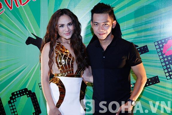 Mai Quốc Việt đến chúc mừng Duyên Anh trở lại sau một thời gian dài lận đận với sự nghiệp ca hát.