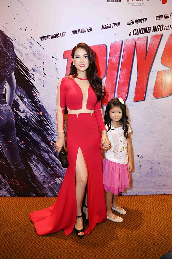 Trương Ngọc Ánh chụp hình kỉ niệm cùng con gái Devon.