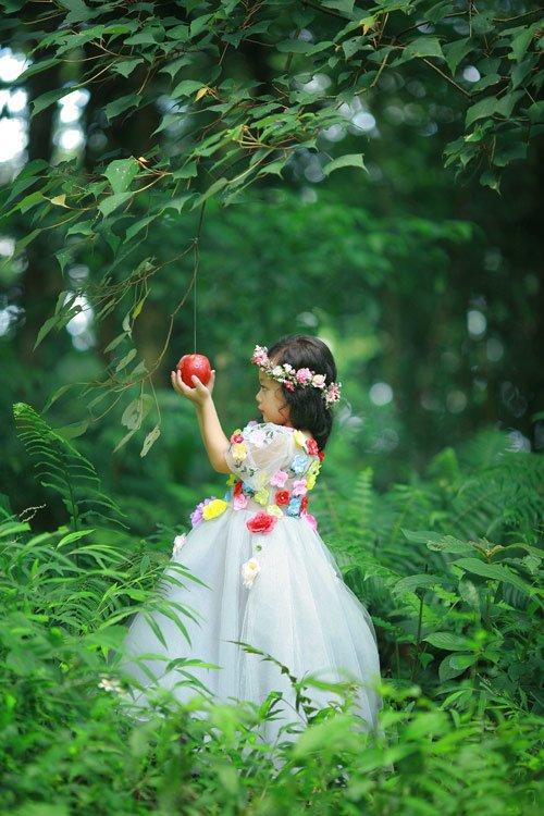 Tạo hình công chúa Bạch Tuyết và trái táo đỏ