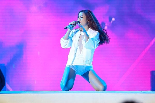 Trong chương trình, các nghệ sĩ lần lượt xuất hiện trên sân khấu và biểu diễn những ca khúc gắn liền với tên tuổi. Nếu Hoàng Thùy Linh chọn Rung động, Just you để thể hiện...